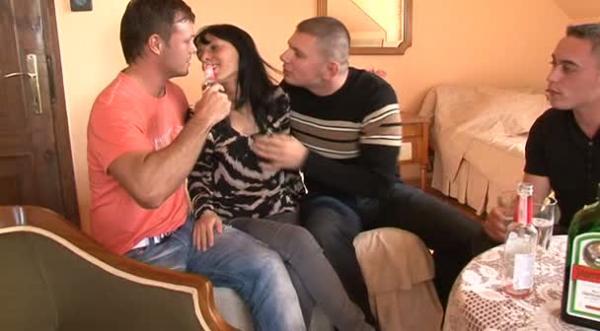 Трое парней трахнули и кончили в пьяную сучку (2010) DVDRip