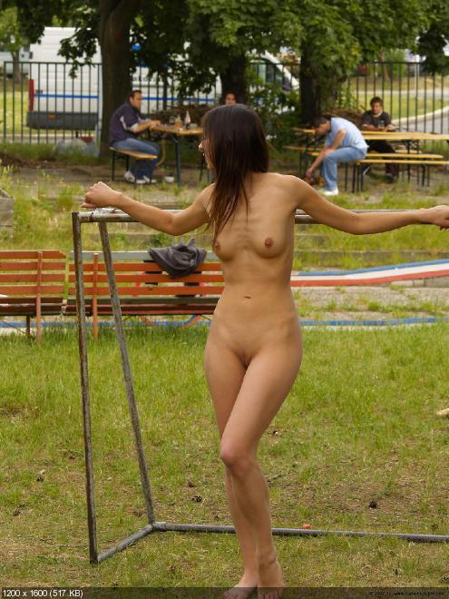 девушка голышом живет и гуляет по городу и магазинам фото