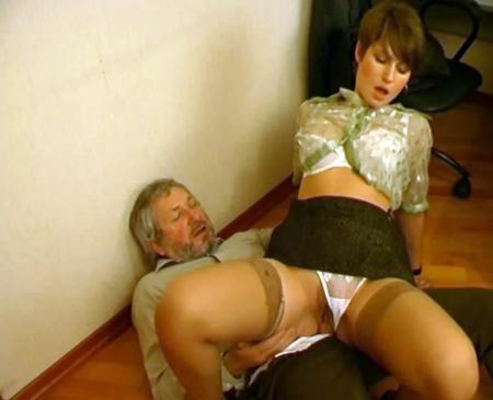 Босс наказал свою секретаршу за ранний уход с работы