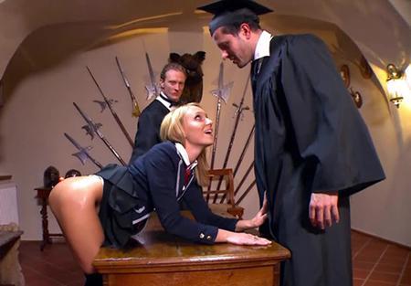 Худенкьую девочку преподы имеют во все дырочки