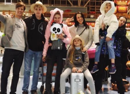 Наталья Водянова с детьми и друзьями