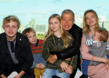 Наталья Водянова с детьми и Марио Тестино